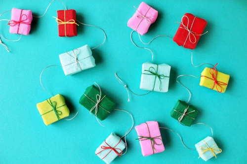 diy-mini-present-garland-final.jpg