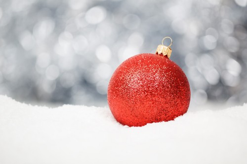 red-christmas-ball-in-snow.jpg